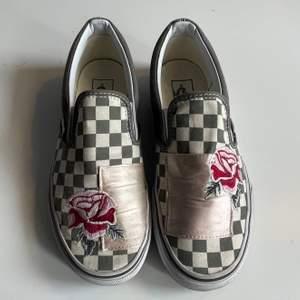 Säljer ett par Vans slipp on som inte kommit till användning så värst mycket, skorna har ett häftigt motiv med broderade blommor, storlek 39, hör av dig om du är intresserad🤍🤍