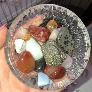Har massor av äkta stenar och kristaller. Är inte så bra på namnen och vad alla gör, men jag kan säkert ta reda på det om ni undrar över någon. Ingen aning om vad de kostar så säljer de för bud! ❤️💕🦋