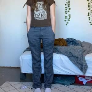 Säljer endast vid INTRESSE ELLER BRA PRIS! Lowrise byxor sjukt snygga och trendiga dem är lite långa på mig som är ca 169!! Så om du är längre funkar dessa eller om du är kortare så kan du sy upp!! Frakt tillkommer!!💕⚡️ BUDA ⚡️ skriv om du har några frågor!