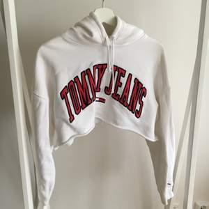 Croppad Tommy Hilfiger hoodie storlek large och köpt av Lisa Anckarman. Tröjan är i fint skick och säljs då den inte används. Tröjan är liten i storleken så skulle passa small-medium för en oversize känsla. Köparen står för frakt.