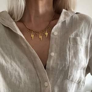 Halsband med flera berlocker 🪐💫✨ kedjan är tillverkad i rostfritt stål. Se mer på insta: moon.jwlry 🌛🌜