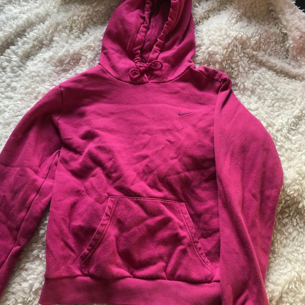Skit najs rosa färg på en Nike Hoodie, köpt secondhand. Säljer pga att jag inte använder och har för många hoodies. Fraktar endast just ju. (Lägger ut igen). Huvtröjor & Träningströjor.