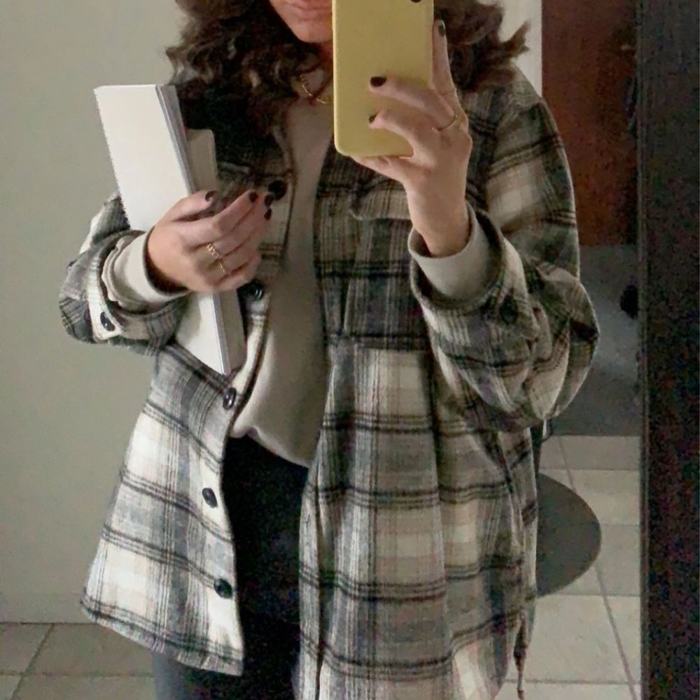 Säljer min sköna skjortjacka från H&M då den aldrig kommer till användning längre, den är som ny! Frakt tillkommer, storlek M🤎 skriv gärna för fler bilder. Jackor.