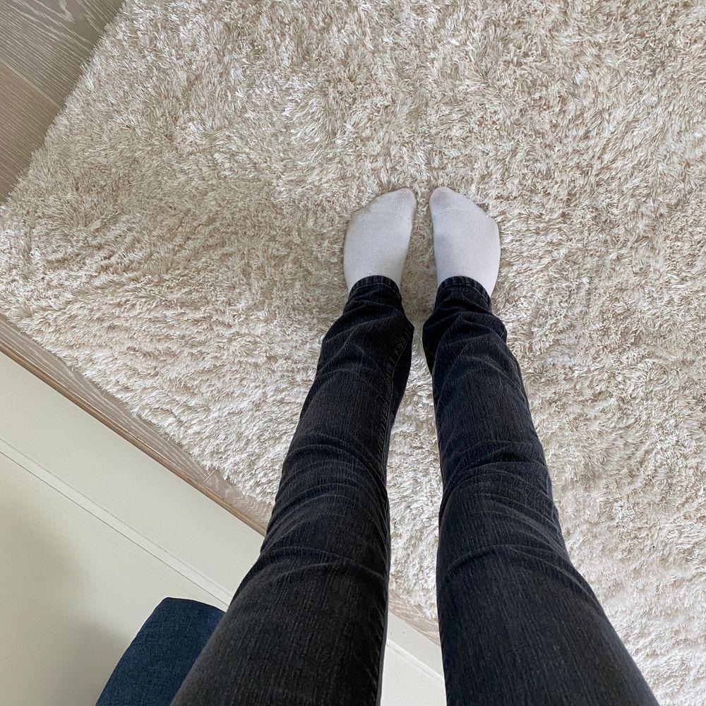 Superfina oanvända jeans från en gammal gina kollektion, jag är 174 och dom går ner till fötterna på mig. Jeans & Byxor.