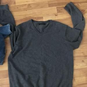 Hjälper en kompis att bli av med lite kläder