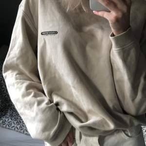 Veige sweatshirt med ett litet tryck på framsidan, oversized modell. Storlek M, jag är en xs-s! 150kr+frakt.