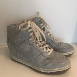 Nike Dunk Ski High skor. Sjukt snygga och har köpt de på EBay för ett år sedan. Har inbyggd kilklack. Väldigt svårt att hitta sånna här skor i Sverige. Bra skick och storlek 40 men kan passa för mindre storlekar. Mitt pris 450kr eller bud :) kan mötas i Stockholm om man inte vill betala frakt🥰
