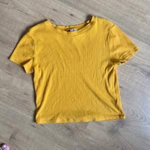 Super skön senapsgul tröja! Färgen är som i första bilden. Säljer för 50 kr+ frakt