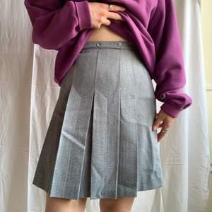 En så himla fin vintage kjol som passar så bra med en sweatshirt eller ja vad som helst. PM om midjemått osv! 💖