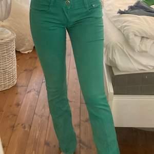 gröna lågmidjade jeans! super fina och super bra skick! bra längd på mig som är 165 och har en innerbenslängd på 75cm💗💗💗