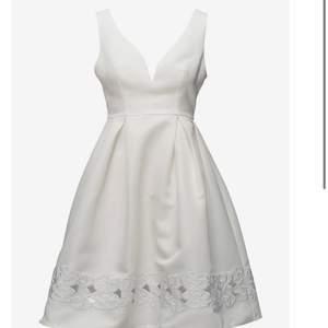 SÖKER klänningen på bilden! Skriv gärna till mig om du har den kan betala bra! Har letat överallt men den verkar vara slutsåld så nu söker jag här istället😁🤍⚡️