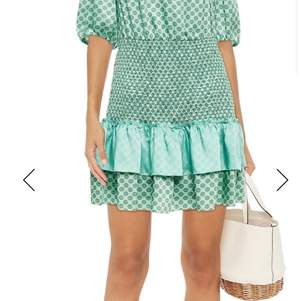 Säljer min gröna sandro klänning som jag förstått är väldigt eftertraktad då den är slutsåld. Storlek 36, passar 34 och 38 likaså då klänningen är stretchig runt stor den av buken. Prislapp och kvitto finns kvar. Aldrig använd. Köpt för cirka 3000kr. Säljer för högst bud vid start på 1800kr. Buda i kommentarerna! Högsta bud 3700kr nu