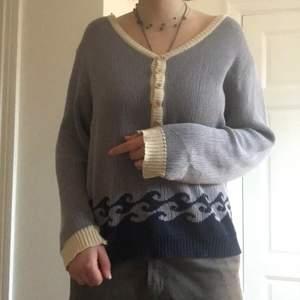 Så cool stickad tröja med sjukaste designen! Snygga träknappar upptil. Är i i storlek L-XL men passar snyggt oversized. I fint skick.