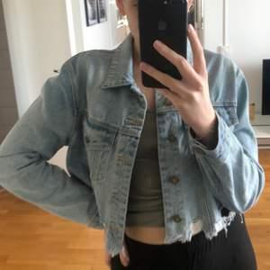 Croppad jeansjacka från Abrand Jeans💜 Använd en gång!