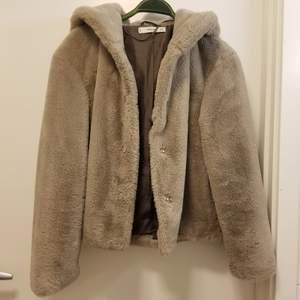 Varm och mysig teddy jacka från MANGO i storlek small. Den är superlen och har fickor! Kan hämtas i Flemingsberg eller så står köparen för frakt. Jag samfraktar gärna 😊🌸