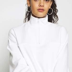 """Half zip """"Lou sweatshirt"""" från weekday i vit"""