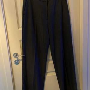 Säljer kostymbyxor från mq's märke visual clothing project. Byxorna är rutiga i små svart/mörkgrå rutor. Storlek M. Kan postas, köparen står då för frakt.