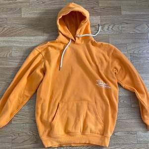 Orange hoodie från Carlings, säljes för att den är för liten och aldrig används. Superfint skick🤍