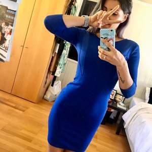 Ursnygg blå figursydd klänning. Slimmad men väldigt bekväm. Dragkedja baktill. Kan användas vardagligt eller kläs upp till festliga event. Använd endast 2 gånger. Storlek 34-36.