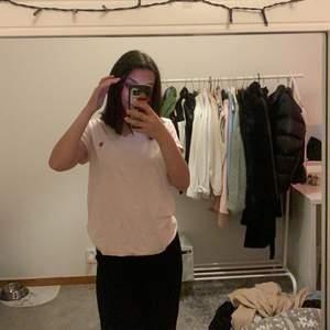Polo T-shirt ljus rosa jätte fin, frakt köparen står för frakten💓 det står att den är i XL men passar mig som har S