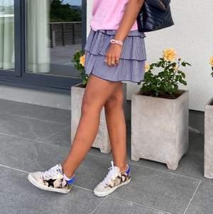 INTRESSEKOLL PÅ MINA GG SNEAKERS!! Funderar på att sälja dessa skit snygga och coola skor köpte sommaren 2020!! Endast använda ett fåtal gånger och ser därför ut som ett helt nytt par. Nypris 4000kr, säljer ENDAST vid ett bra bud💕 buda från 2000