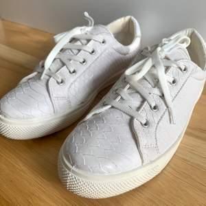 Vita/ ljusgrå sneakers från Dinsko i mönster säljes i toppskick. Använda två gånger. Storlek 41, men är som 40, dvs små i storleken. Skriv för fler bilder. Nypris 600 kr. Kan postas över hela Sverige! 😊