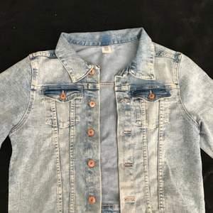 Säljer en blå jeans jacka från H&M i strl 164💕 Skriv om du är intresserad eller har andra frågor!