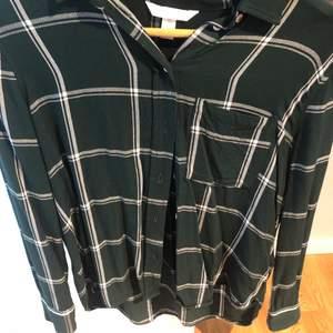 Oversized grön skjorta från Hm, köpt för flera år sen. Storlek 40. Använd fåtal gånger, som ny