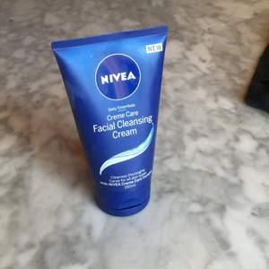 Clenser kräm som rengör på djupet vid tvätt av ansikte. Denna kräm är för alla hudtyper torr-fet hy. Använd 1 gång bara😊