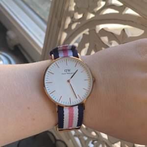 Säljer en Daniel Wellington klocka i marinblått/vitt/rosa band med roséfärgat ur till. Den är i fint skick och förpackningen tillkommer!!  Frakt tillkommer! Ca 24kr ✨