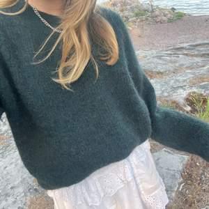 Jätte mysig mörkgrön stickad tröja 💗 storlek S men passar xs-m😊 köpt för 499 på Carlings