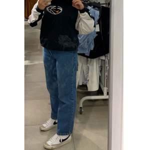 Ett par vintage Levis jeans i modellen 550 i storlek W28/L28. Säljer de för att de ej kommer till användning längre!! Om fler bilder skulle önskas kan du skriva privat till mig! Frakt tillkommer