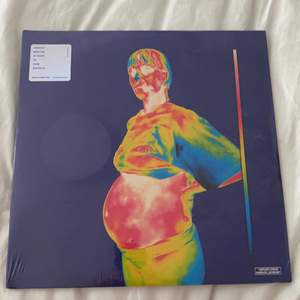 Säljer denna LP-skivan/vinylen som jag köpte för ett bra tag sedan men som aldrig kommit till användning. Plasten är fortfarande kvar, den är alltså inte ens öppnad. Låtarna som är på ser ni på baksidan (bild 2)! Nypris var 26,98 euro. Så säljer för 200kr + frakt!:) kan även mötas upp i Lund.