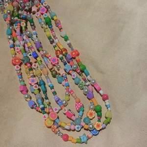 OPHELIA HALSBAND🤩 hur mycket älskar inte vi färger och former?!?! Nu kan du köpa ett ophelia halsband för endast 70kr+13kr frakt☺️