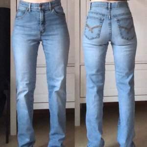 Fina ljusblåa jeans från Flash i storlek 38. Oanvända, endast provade. Kan skickas mot fraktkostnad eller hämtas i Nol