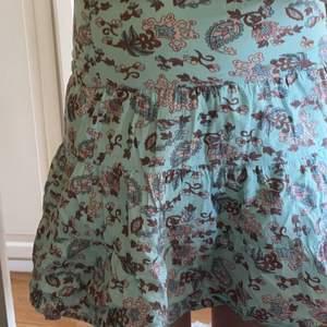 Jätte fin kjol som tyvärr är för liten för mig. Barnstorlek 134 men skulle passa XS eller mindre mycket bättre! Kan till och med användas som en topp om man nu vill det. Isåfall funkar det till en S eller XS! Har ett lager under så den är inte genom skinlig! Köparen står för frakt. 💕💕