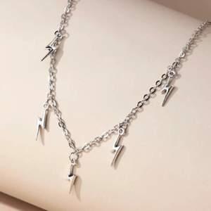 Super fin halsaband med blixtar på i silver färg