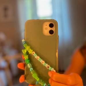 """Ett fint och trendigt grönt mobilband, som du kan köpa tillsammans med de andra eller ensamt! Bandet är egengjort och tillverkat av gröna och blåa pärlor med texten """"Fairy""""! Kostnaden är 25 kr + frakt 💚🧚"""