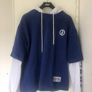 En skitsnygg hoodie som tyvärr bara använts få gånger. Samma hoodie som Suga bär, den är inte lika mörkblå som på bilden, är mer likt originalet. Den är lite nopprig vid slutet av armarna annars är den i bra skick. 199kr inklusive frakt!
