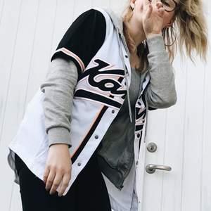 Säljer denna kortärmade baseball tröjan från Karl Kani i svart, vitt och orange. Luftigt material och superskönt att ha på sig. Köparen står för frakten på ca 20kr och betalning sker via swish. Skriv privat vid fler funderingar ☺️