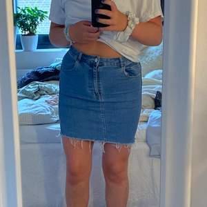Jag säljer denna kjol då den inte kommer till användning. Den är använd ett fåtal gånger men är fortfarande i bra skick!