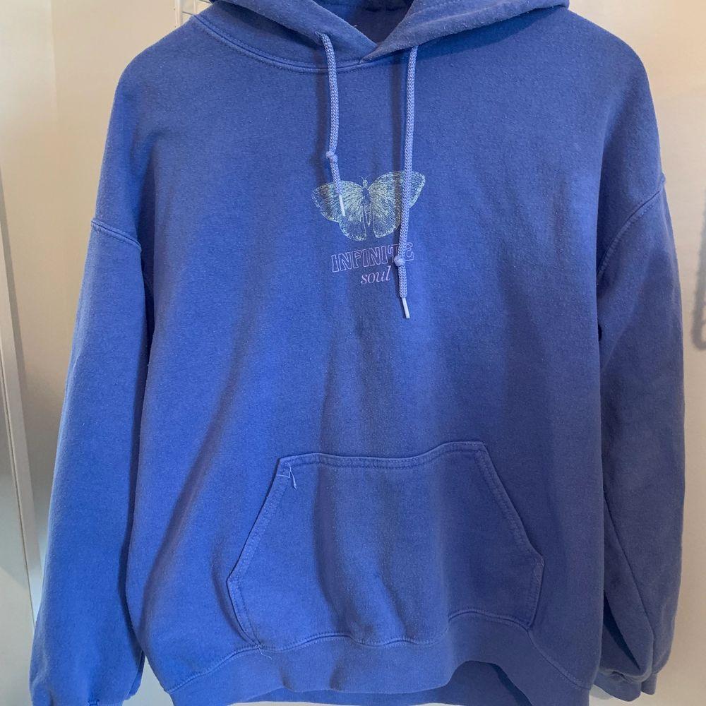 Jättefin hoodie från Urban Outfitters med fjärilstryck. Kommer inte till användning tyvärr. Köpt för 600kr. Rätt så lång skulle jag säga. ❤️. Huvtröjor & Träningströjor.