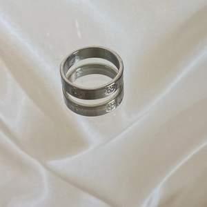 En ring med mönster på. I färgen silver. Swipe för att se hur den sitter på. Frakt på 12 kr tillkommer, men köper du 3 stycken eller fler är frakten gratis. Hör av er vid intresse eller om ni vill ha fler bilder! 🤎