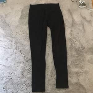 Ett par lite tjockare leggings. Dom har fickor i bak. Jag har använt dessa kanske 5 gånger och är i bra skick.