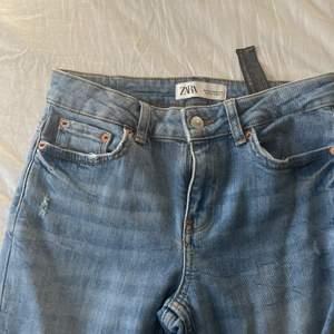 """Raka jeans från zara i den """"vanliga"""" jeansfärgen. Går ner till skorna på mig som är drygt 160💗 mid"""