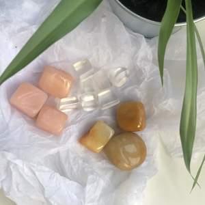 Superfina stenar som man kan köpa  tillsammanseller en och en!💓 allihopa för(13stenar): 120kr ‼️53% REA‼️💓💓🤩alla är slipade och polerade🤩 Rosenkvarts: 30kr/sten 45kr/ 2 stenar bergskristall: 15kr/sten 25kr/ 2 stenar gul aventurin 30kr/sten 45kr/ 2 stenar