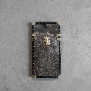 Supersnyggt iPhone skal! Finns i olika modeller för iPhones skriv ett meddelande för att veta om din modell finns kvar🥰