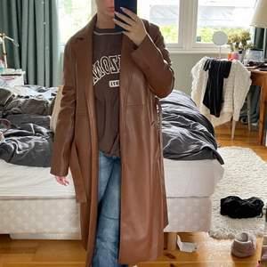 """Säljer denna bruna """"läder"""" jacka från zara. Jättefin brun färg och väldigt bekväm, har endast använt den någon enstaka gång. Den är i en storlek xs men passad även en storlek S.Köpte den för 700kr."""