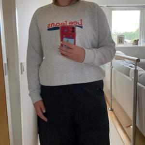 Jag säljer en lee jeans sweatshirt i storlek L som inte kommit till användning för det är inte min stil