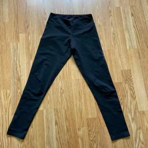 Svarta träningstights från soc i bra skick. Något korta i benen (är 160 cm)